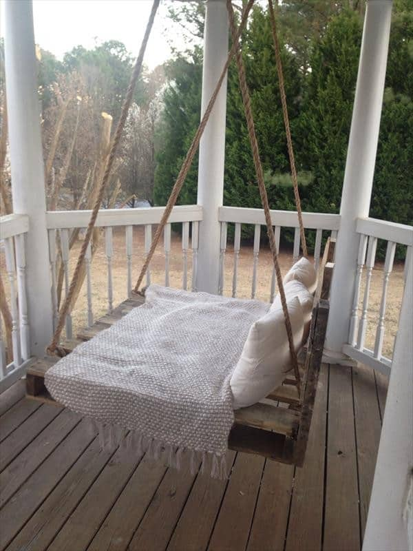 31. A SIMPLE PALLET AND ROPE CREATION PERFECT FOR THE FRONT PORCH