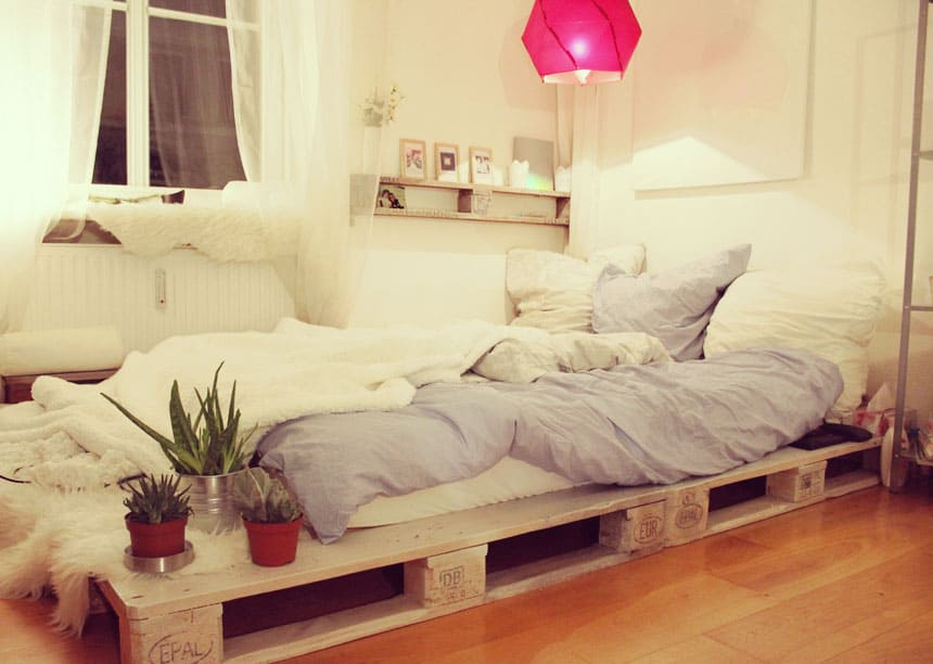 27. FEMININE DECOR EMBELLISHING A PALLET BED FRAME