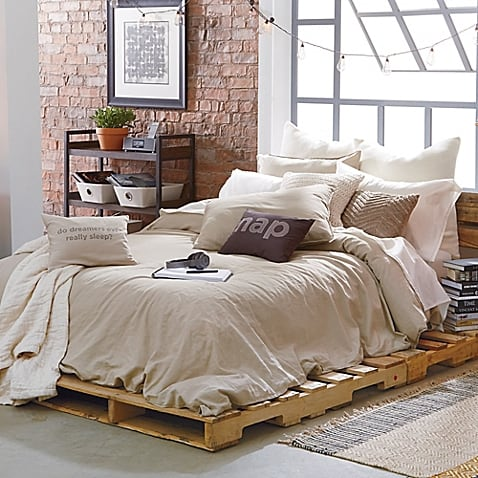 MODERN PALLET BED WITH A FEMININE DELICATE TOUCH