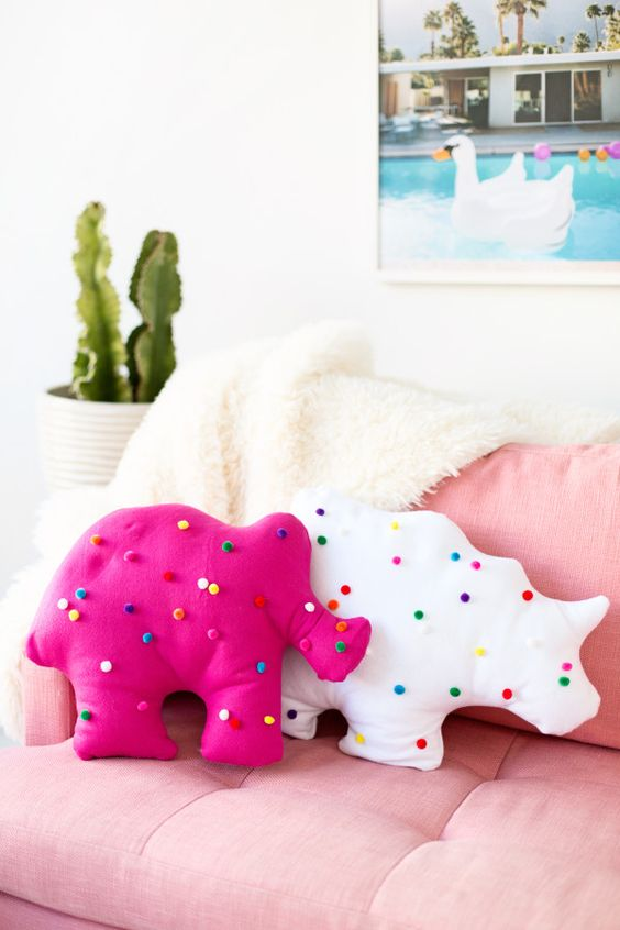 TAILOR COLORFUL ANIMAL-SHAPED PILLOWS