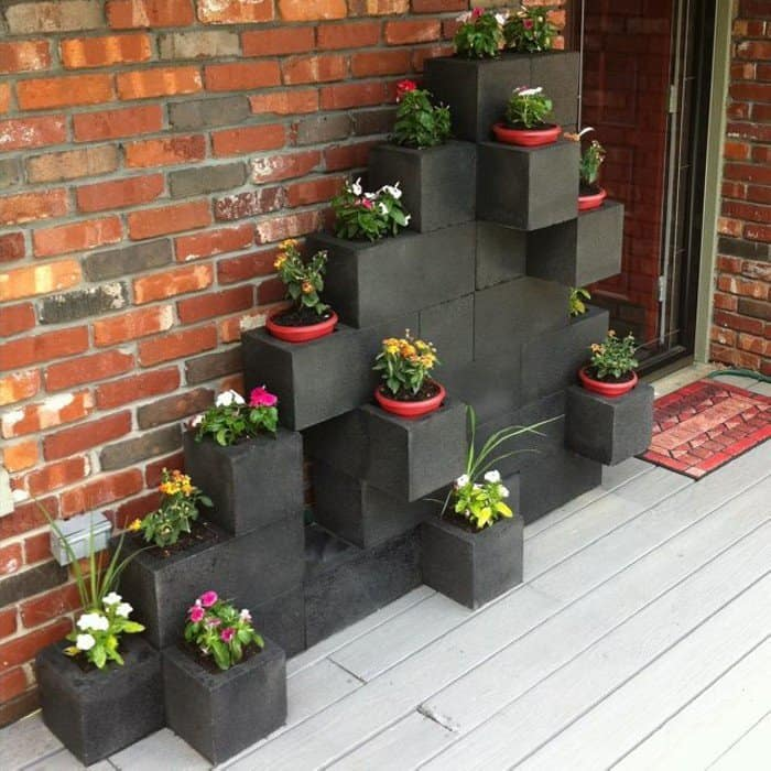 17 brilliant planter stand alternatives to transform your for Cinder block plant shelf