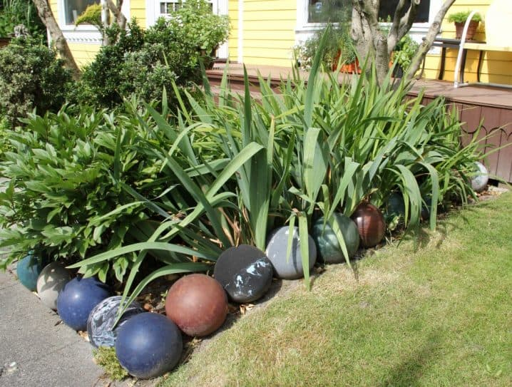 17 simple and cheap garden edging ideas for your garden cement or bowling balls workwithnaturefo