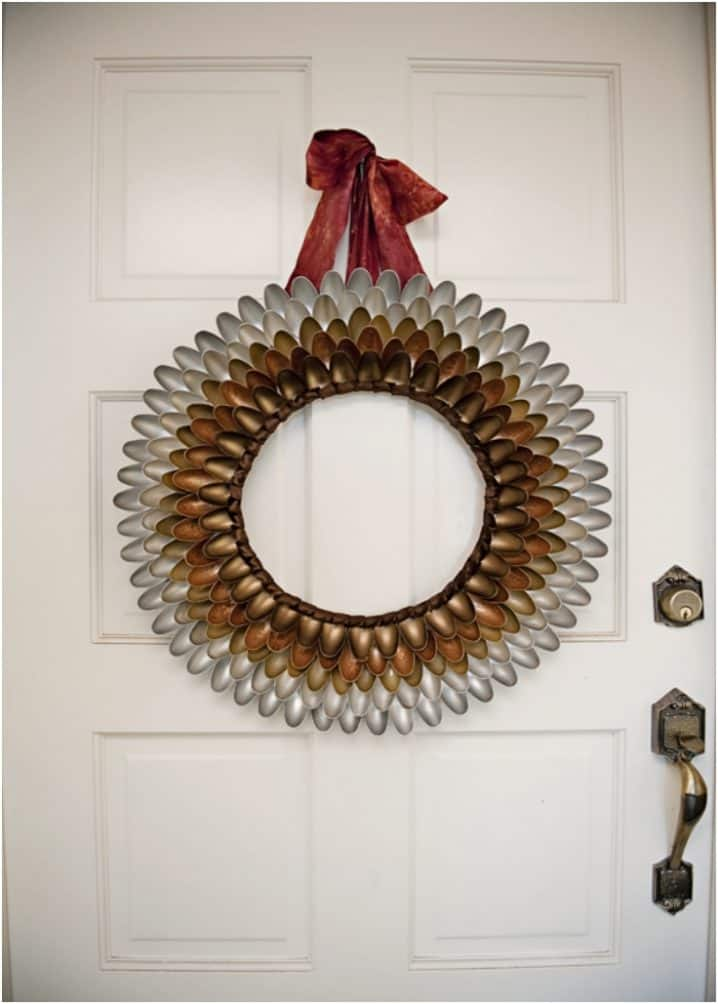 How-To-Make-A-Unique-Festive-Autumn-Wreath-Out-Of-Plastic-Spoons-718x1004