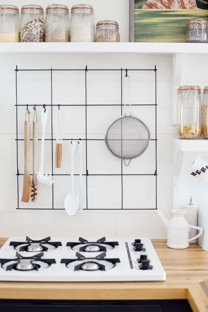 Emphasize Small Spaces With Kitchen Wall Storage Ideas-homesthetics (10)