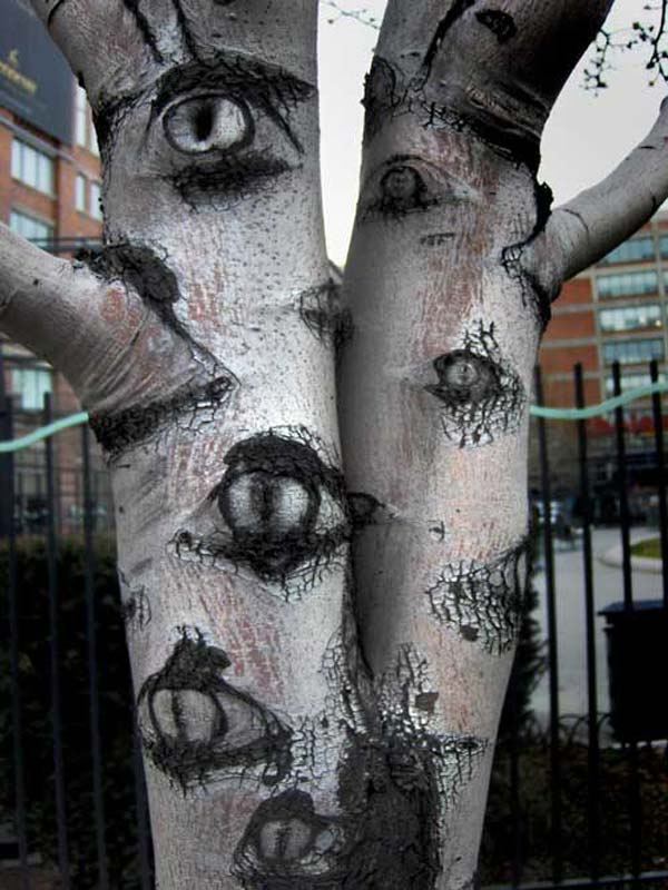 99 Enchanting and Spooky Ways to Decorate Trees for Halloween (5)