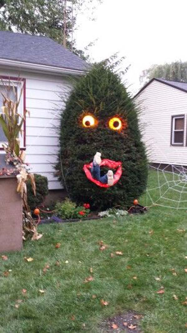 99 Enchanting and Spooky Ways to Decorate Trees for Halloween (8)