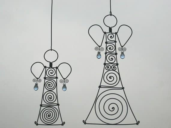 29. CREATE A WIRE CHRISTMAS DECORATION