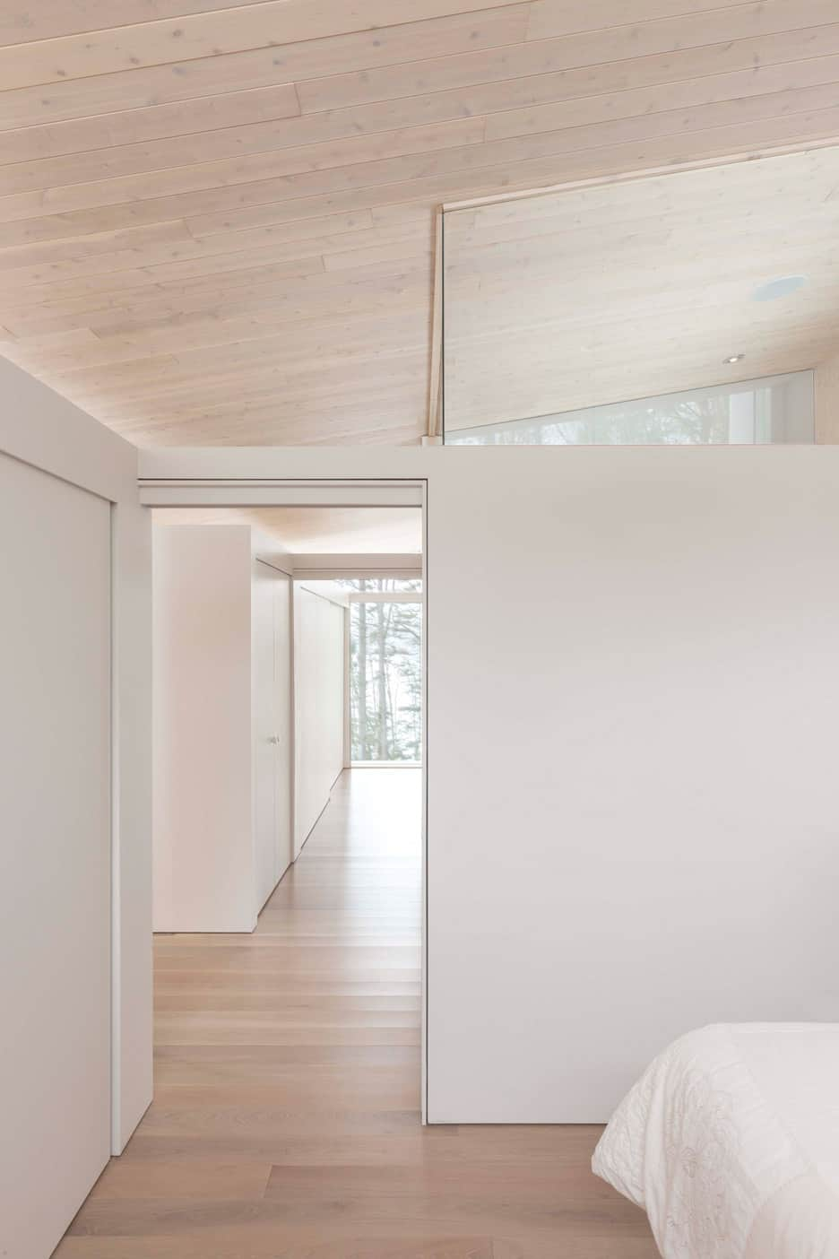 Compact Retreat Flooded by Light in Quebec by Pierre Thibault (9)