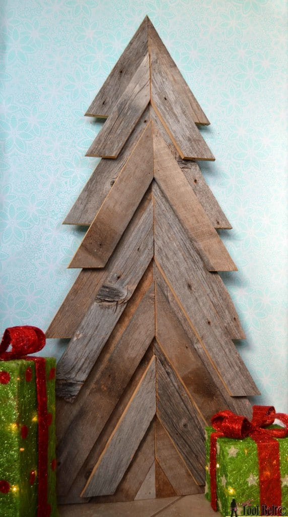 18. SIMPLE PALLET WOOD TREE