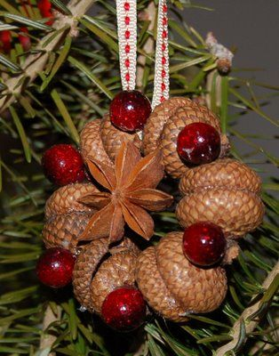 6. DECORATE YOUR CHRISTMAS TREE WITH ACORNS