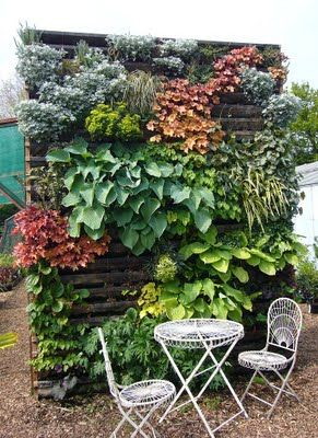 91. GARDEN WALL FROM PALLET PLANTERS