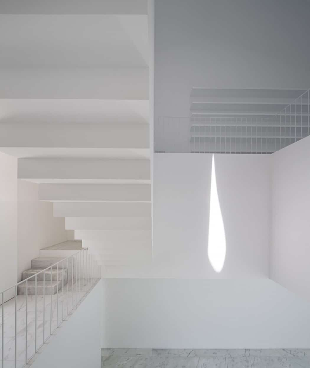 Aires Mateus Redefines a House in Portugal With White (11)