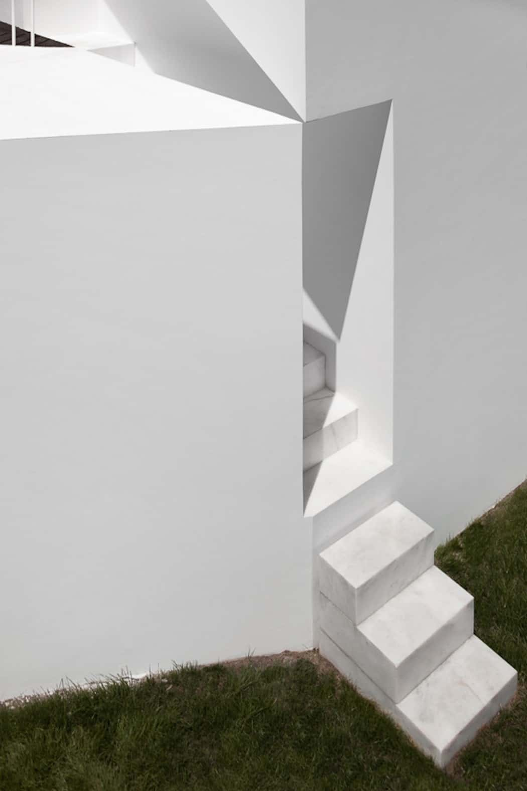 Aires Mateus Redefines a House in Portugal With White (13)