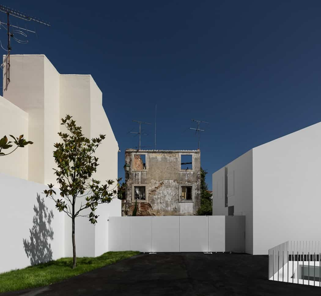 Aires Mateus Redefines a House in Portugal With White (15)