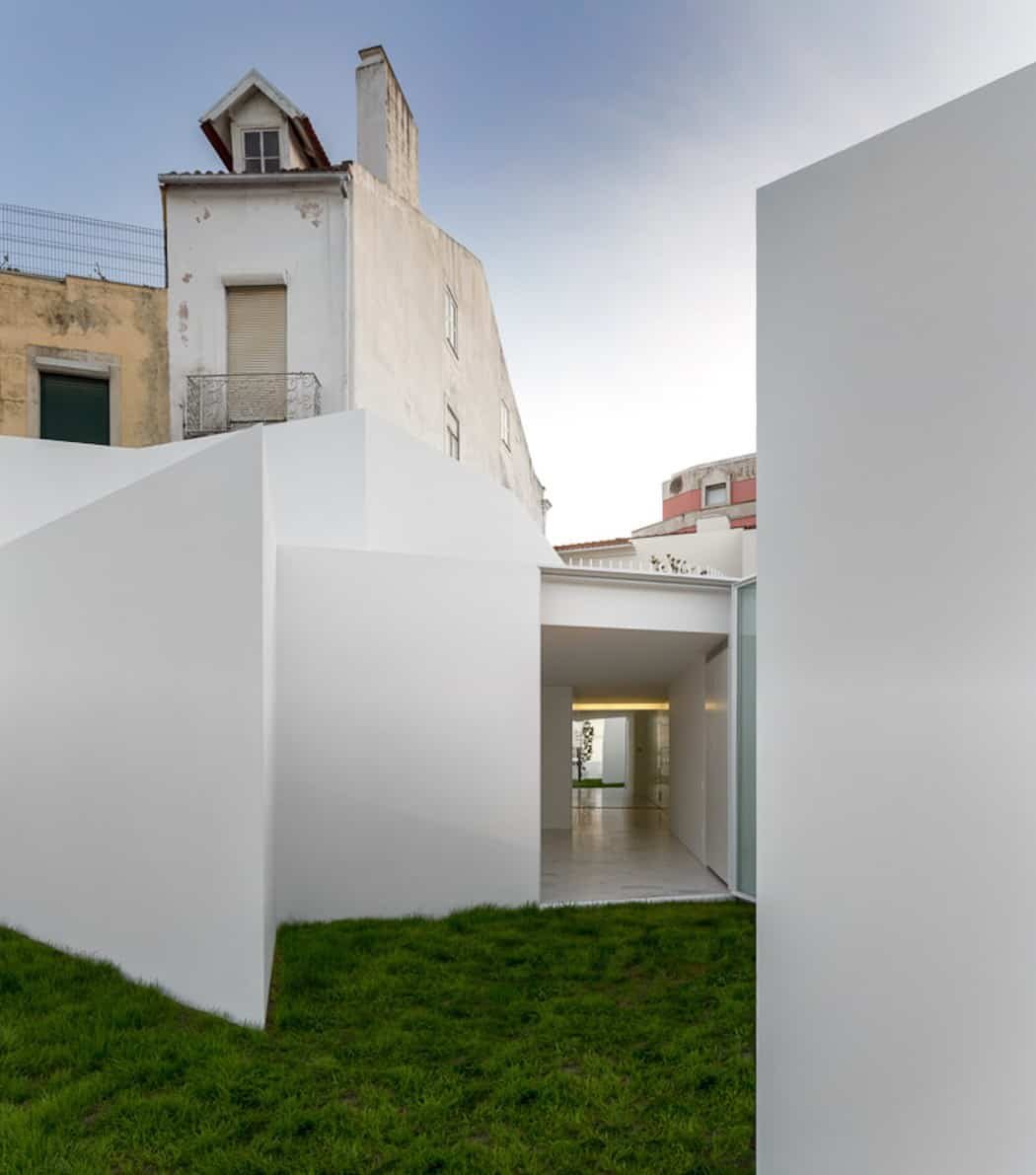 Aires Mateus Redefines a House in Portugal With White (2)