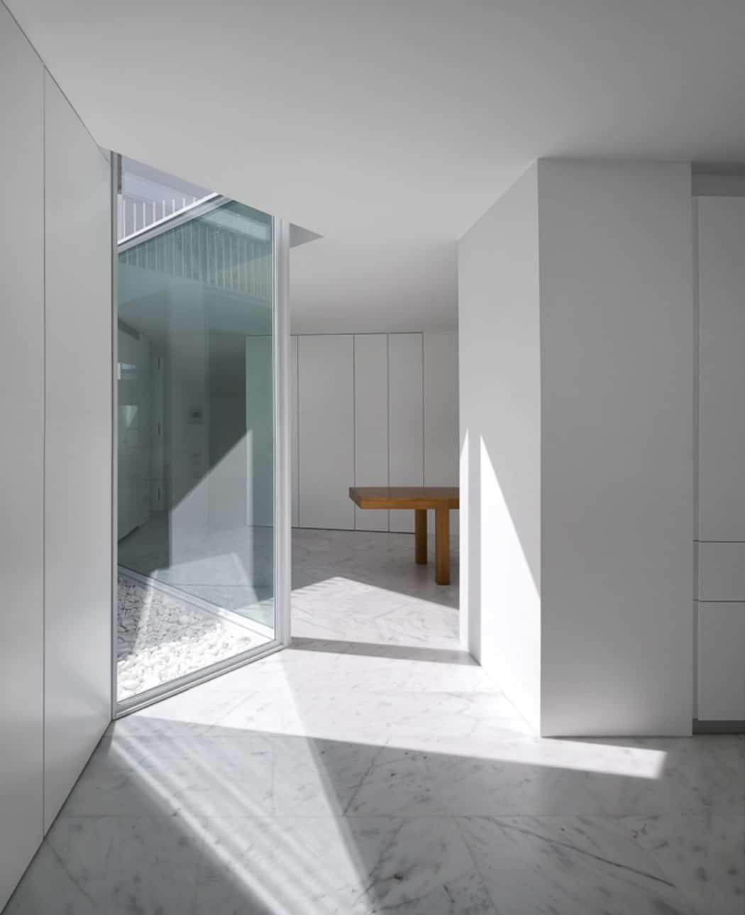 Aires Mateus Redefines a House in Portugal With White (5)