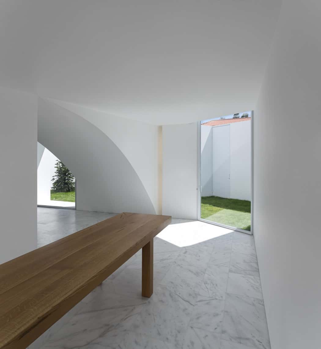 Aires Mateus Redefines a House in Portugal With White (6)