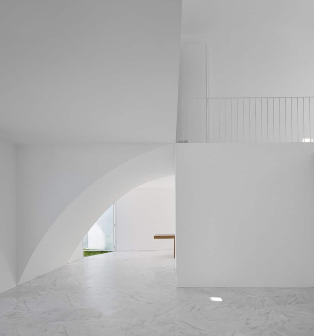 Aires Mateus Redefines a House in Portugal With White (7)