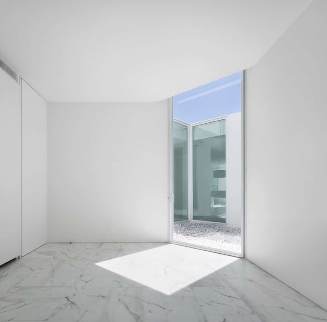 Aires Mateus Redefines a House in Portugal With White (8)