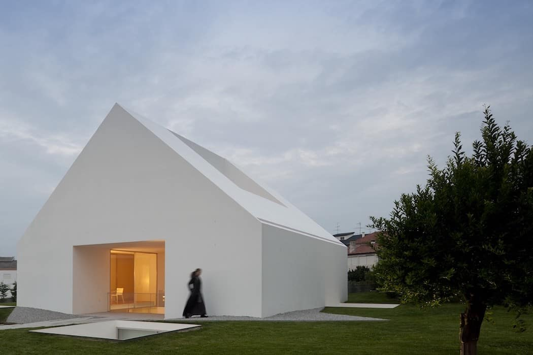 Impeccable white volume by aires mateus in leiria homesthetics inspiring ideas for your home - Minimalismus architektur ...