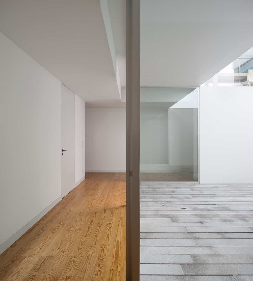 Impeccable white volume by aires mateus in leiria for Architecture minimaliste