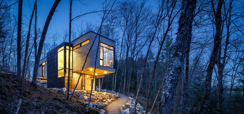 Small Cantilevered Home Enjoys Expansive Views Over the Lake in Quebec 1