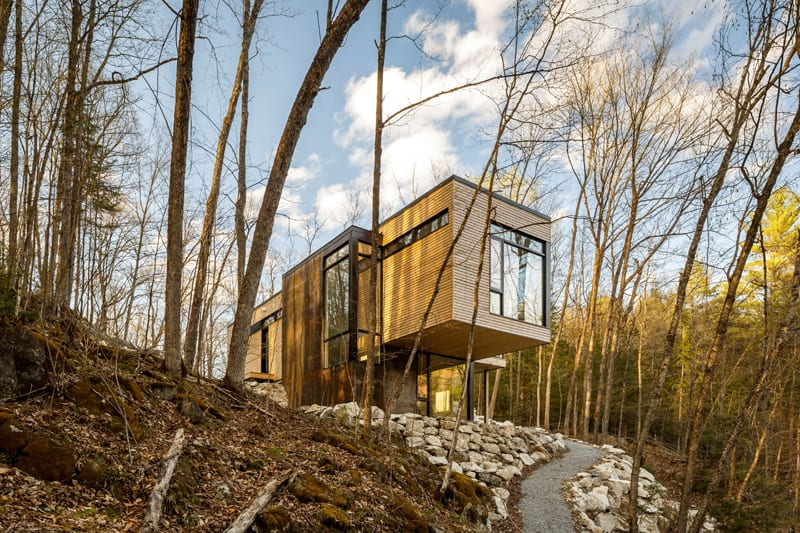 Small Cantilevered Home Enjoys Expansive Views Over the Lake in Quebec 2