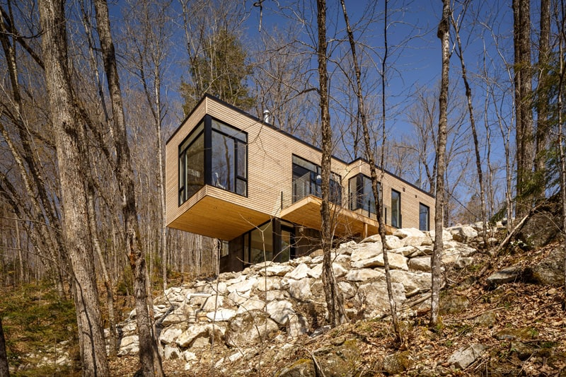 Small Cantilevered Home Enjoys Expansive Views Over the Lake in Quebec 3