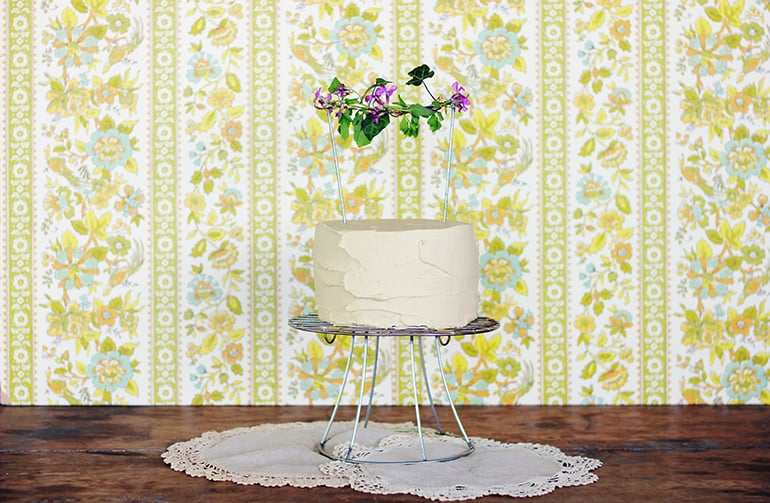 40. WIRE-FRAME DIY CAKE STAND