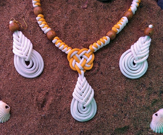BEACHWEAR NECKLACE AND EARRINGS MADE USING PARACORD