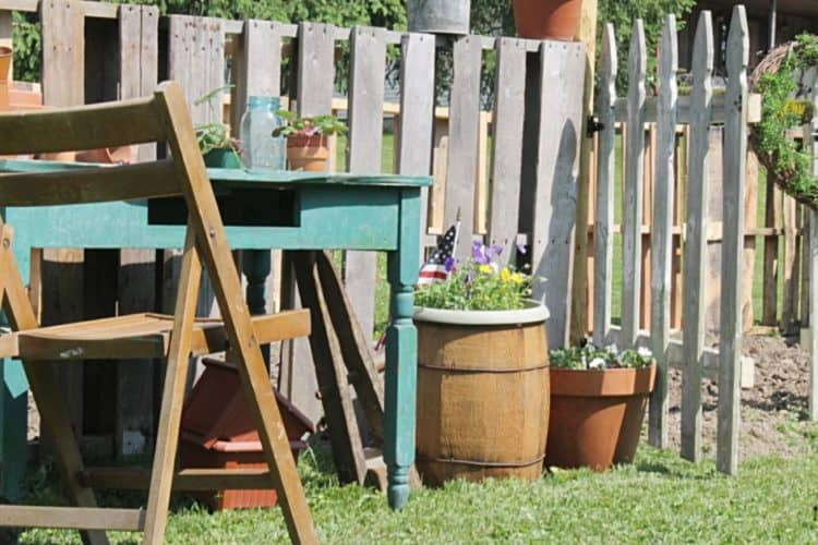 SIMPLE WOODEN PALLET FENCE