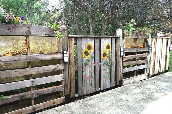 DIY PATIO PALLET FENCE