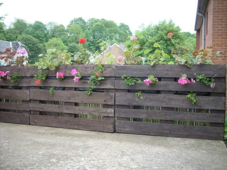 DIY WOODEN PALLET FENCE
