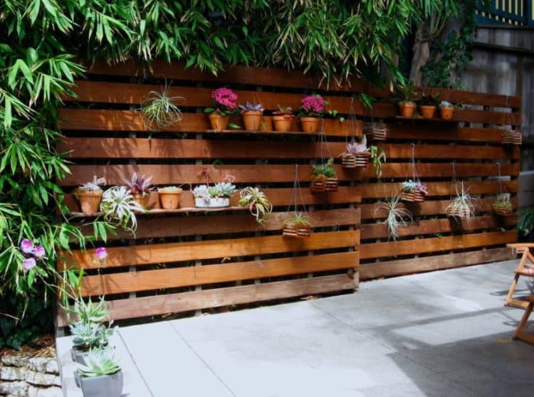 MODERN WOODEN PALLET FENCE IDEA