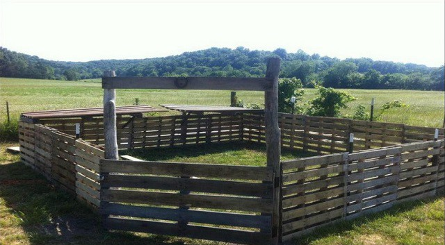 MOVABLE PALLET FENCE FOR SWINE AND GOATS