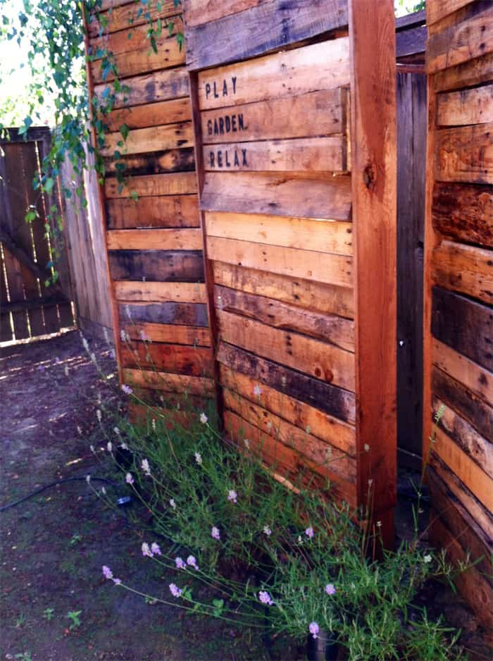 37 awesome pallet fence ideas to realize swiftly in your for Rustic outdoor privacy screens