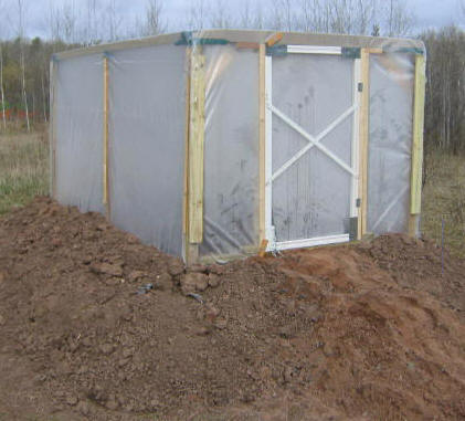 LEARN HOW TO BUILD AN INSULATED, RAISED-BED GREENHOUSE