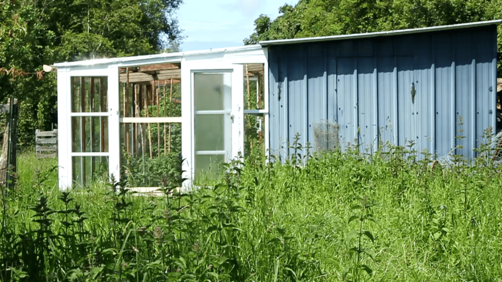 BUILD A SMALL GREENHOUSE FOR PLANTATIONS ON EURO PALLETS