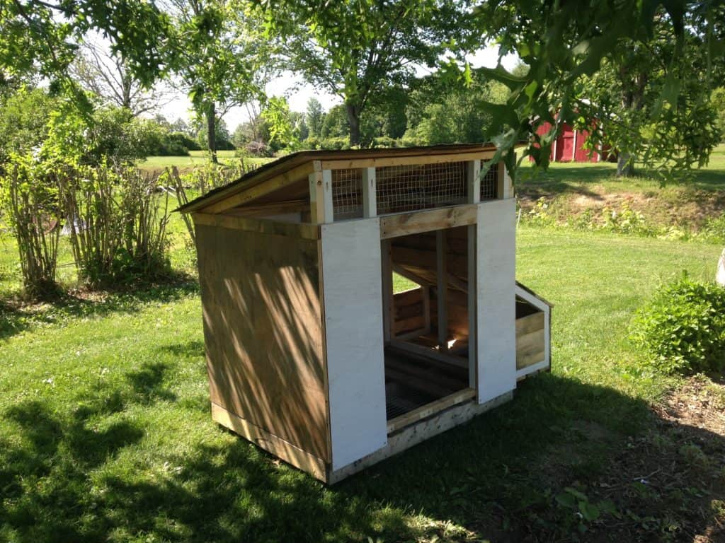 43 free diy duck coop plans duck houses plans for enthusiasts using recycled wooden pallets and planks will make it less costly the top of the duck house is covered with screening nets for better ventilation solutioingenieria Choice Image