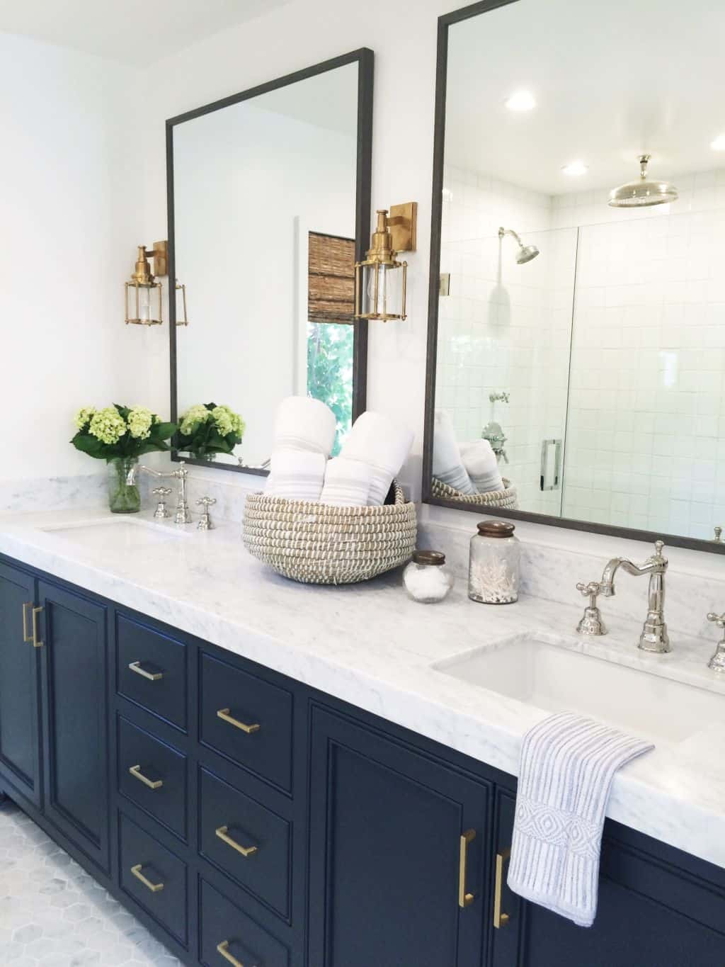 19 Double Vanity Bathrooms That Will Make Your Lives Easier ...