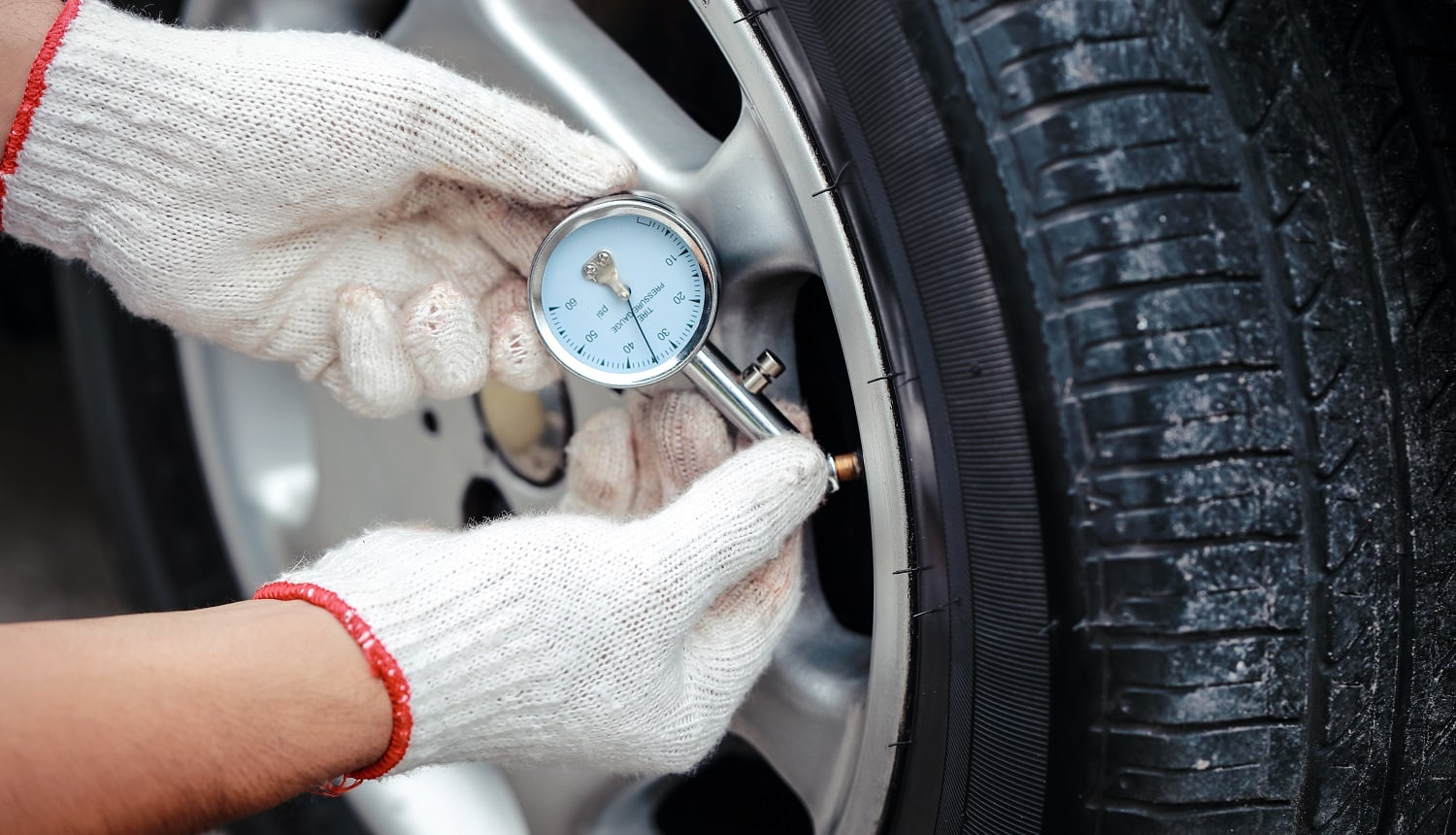 mechanic hands check the tire air pressure
